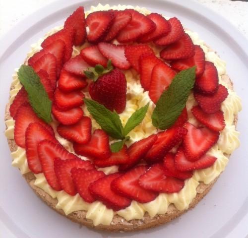 dacquoise noisette, crème mousseline, crème fouettée, crème pâtissière, fraises, menthe