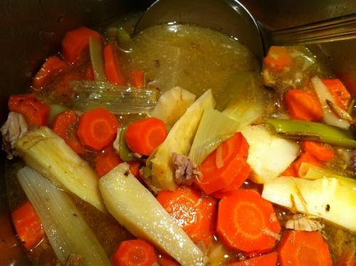 potage, bouillon carcasse, oie, dinde, sel, épices