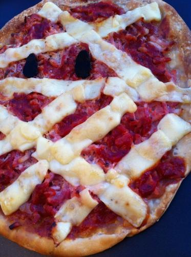halloween, pizza, fromage, emmental, allumettes de lardons, jambon, sauce tomate, truffe