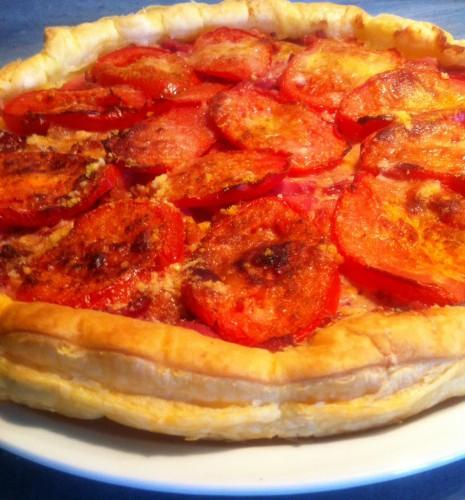 tarte salée, tomate, viande de grison, allumettes de lardons, parmesan, emmental