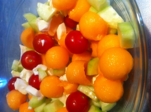 salade, mozzarella, billes de melon, tomates cerise, concombre