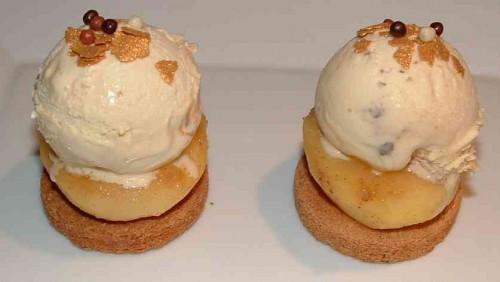 glace vanille, palet breton, pommes cuites, 4 épices, paillettes dorées, boules croustillantes