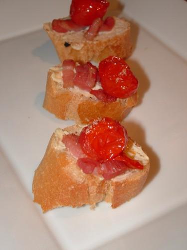 toast, saint-môret, allumettes de lardons, tomates cerise