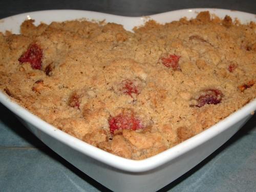 crumble, pommes, fraises, pistache