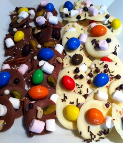 mendiants, chocolat blanc, ivoire, jivara, valrhona, mini-marshmallow, chamallow, billes croustillantes, m&ms