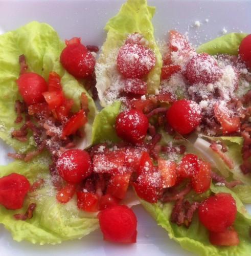 salade, allumette de lardon, pastèque, tomate, parmesan