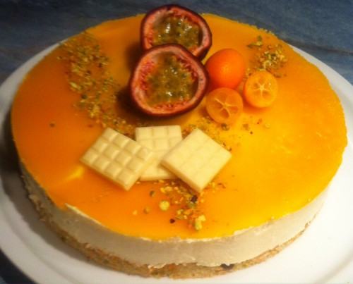 entremets, dacquoise pistaches, mousse ivoire, chocolat blanc, coulis fruits de la passion, mangue