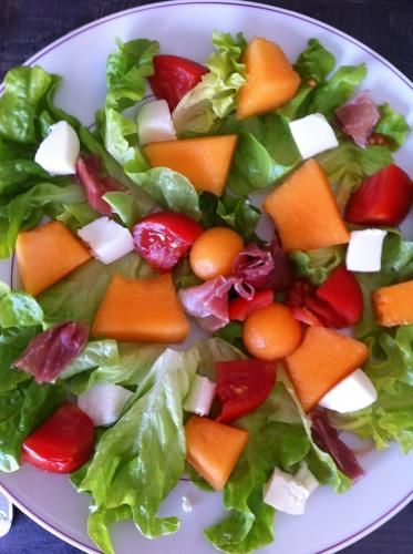 salade, mozzarella, jambon sec, tomates, melon