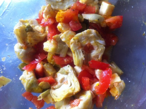 salade, coeurs d'artichaut, mozzarella, cornichons, tomates
