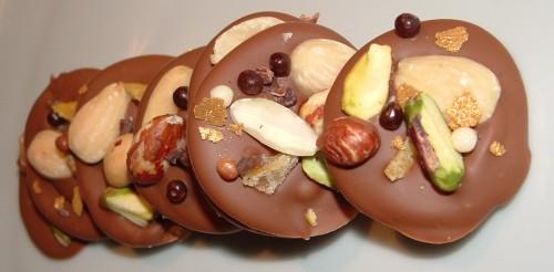 mendiants, caramélia, Valrhona, Ivoire, amandes, pistaches de Sicile, kumquat confit, grué de cacao
