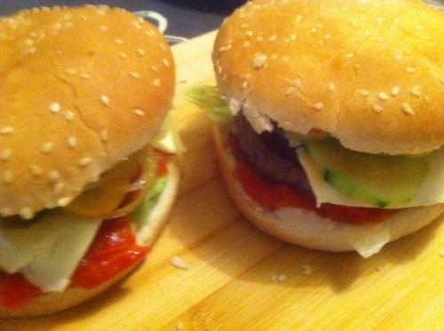 burger maison, fromage, poivron, concombre, oignons, steack hâché, tomates, cornichon, moutarde salade