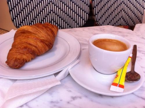 petit déjeuner, paris, pain pain, croissant, pain au chocolat, café, rue des martyrs, montmartre, abbesses, sébastien mauvieux, totebag