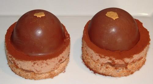 entremets, dacquoise aux noisettes, praliné, fèves Caramélia Valrhona, coques de macarons, coques au chocolat
