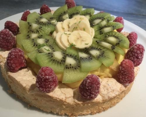 dessert, entremets, dacquoise amandes, crème pâtissière, kiwi, banane, framboise