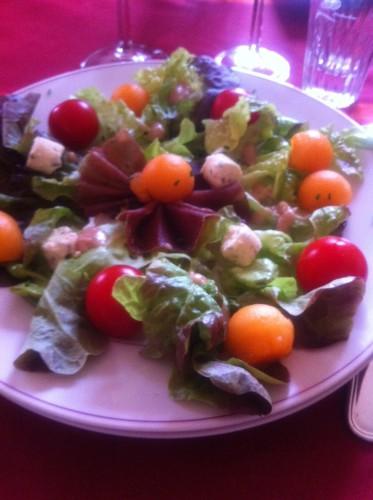 Salade de chêne, melon, jambon italien, fromage boursin & tomates cerises